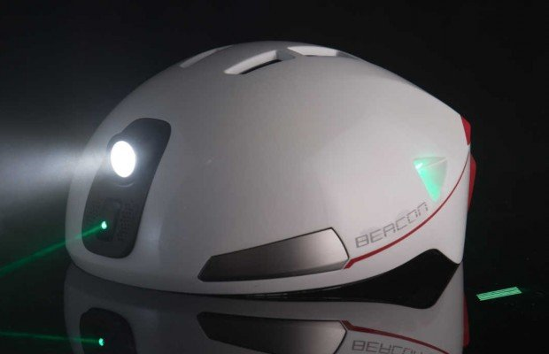 Así es el primer casco ciclista con proyecciones láser, altavoz, luz de freno, luz frontal, intermitentes...