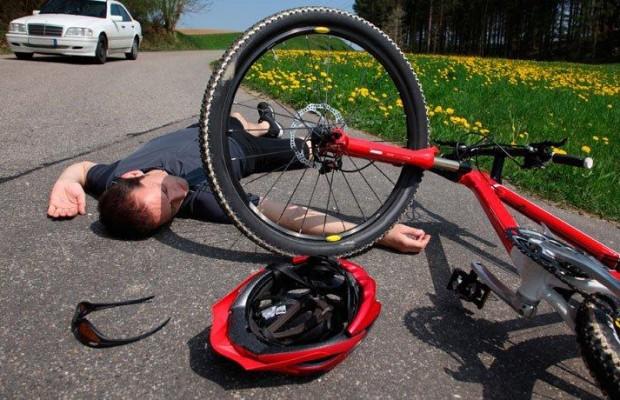 Cómo actuar cuando un ciclista sufre un accidente y queda conmocionado