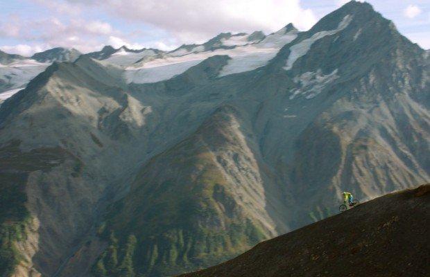En Riding the Tatshenshini leyendas del MTB se unen en una expedición a través del Tatshenshini. [Película completa]