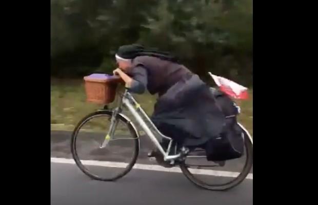 Esta monja baja en bici como Froome [VÍDEO]