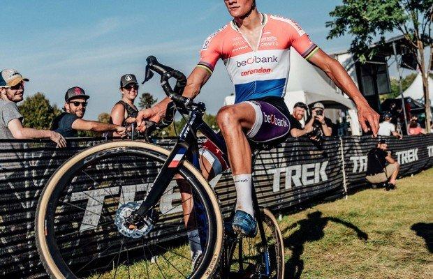 Mathieu van der Poel presume de habilidad sobre su bici para evitar una caída segura
