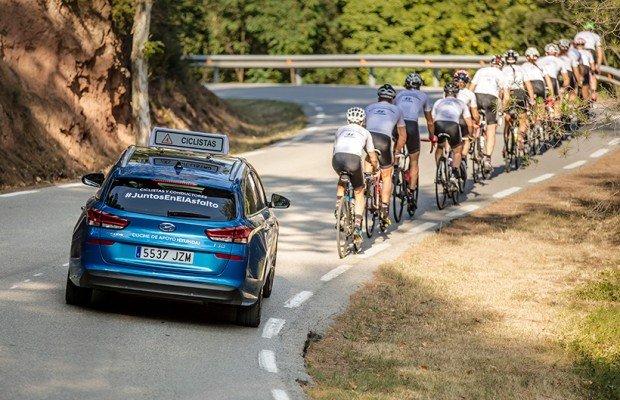 Multado de manera inexplicable un coche de apoyo a ciclistas de la campaña #JuntosEnElAsfalto