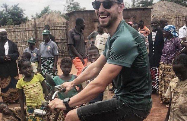 Nino Schurter viaja hasta Mozambique para ayudar en el proyecto de ambulancias ebike