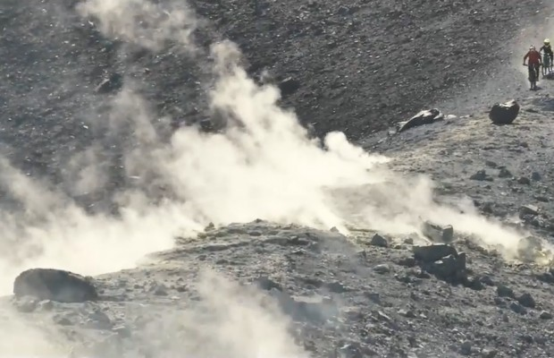 Tres niños checos descienden en mtb por la ladera de un volcán activo
