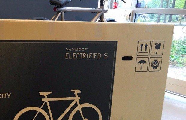 Tuvo que disfrazar la bici de televisor para engañar a los transportistas