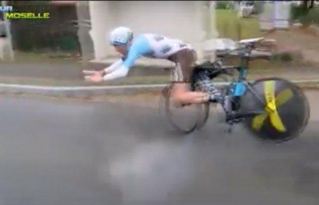 Vídeo a cámara lenta de lo que le pasa a este ciclista cuando rompe un manillar en plena contrarreloj