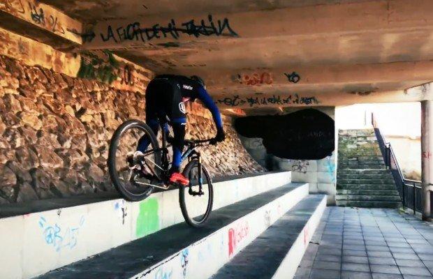 Clase práctica de Carlos Coloma sobre cómo bajar escalones con la bici