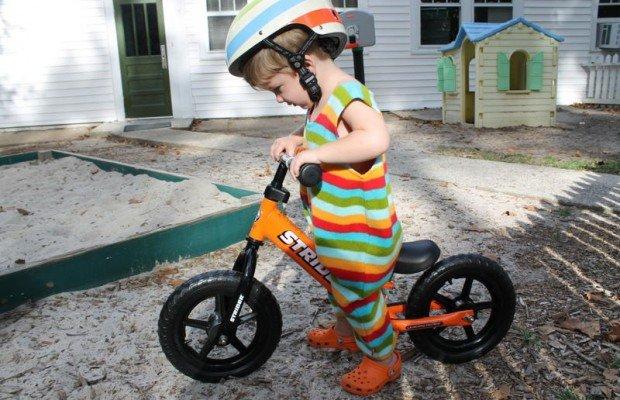 Cómo enseñar a montar en bici a un niño desde una bicicleta sin pedales