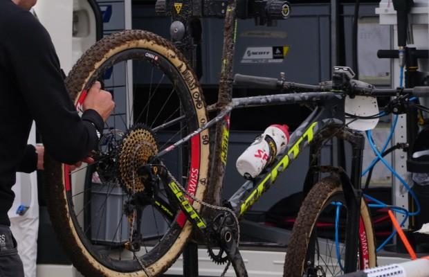 ¿Cuánto tarda el mecánico de Nino Schurter en cambiar una rueda?