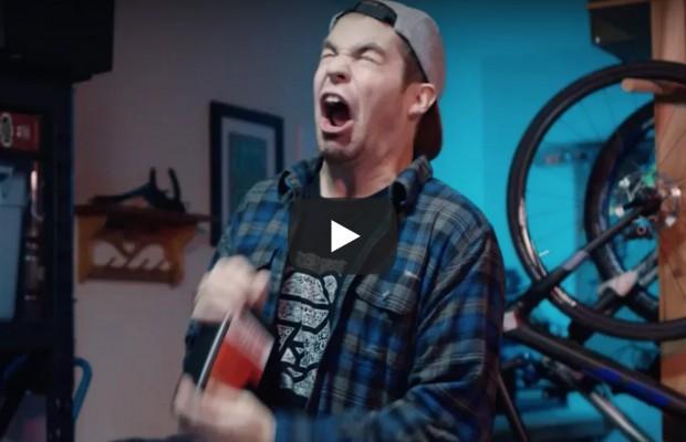 El vídeo más divertido que te enseña cómo instalar neumáticos tubeless