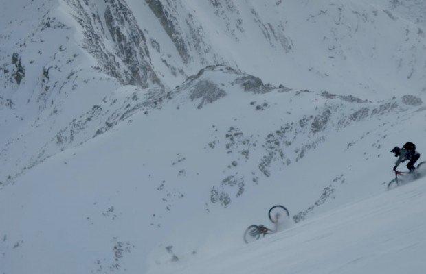 Matt Hunter nos regala esta sesión salvaje de Heli-Biking sobre nieve