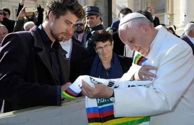 Peter Sagan le regala al Papa una bici personalizada y un maillot de campeón del Mundo