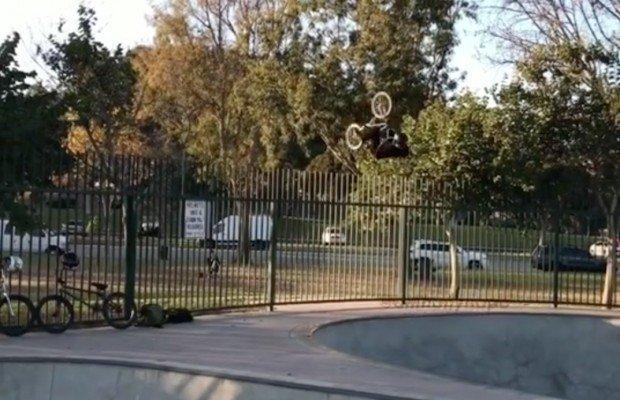 Un final espeluznante pero divertido. Un biker queda clavado en una valla al intentar saltarla