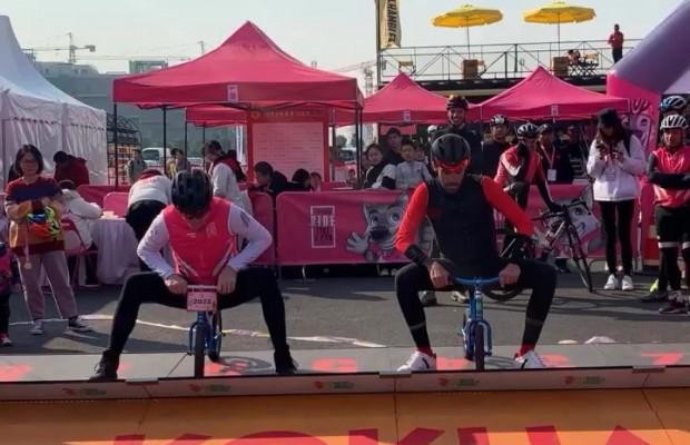 Contador y Andy Schleck retoman su rivalidad en esta competición de minibicis