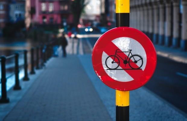 PROHIBIDO montar en bici en España