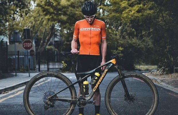 Zugasti analiza la crisis del sector ciclista junto al director comercial de Orbea
