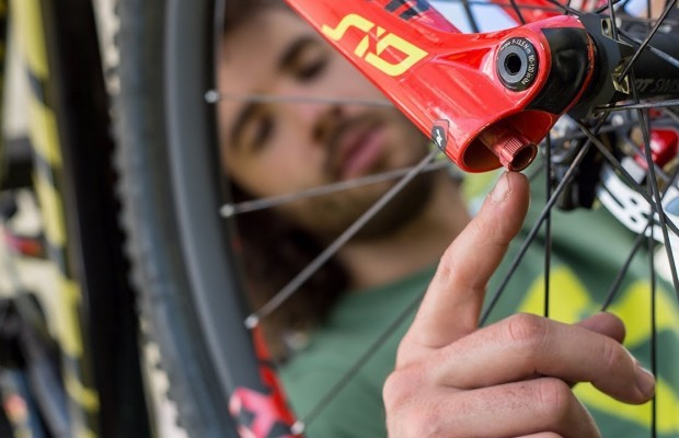 Schurter's mechanic explains how to set-up the suspension of your MTB step by step