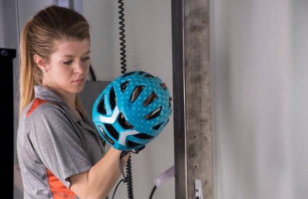 Hay cascos de ciclismo baratos y ligeros más seguros que otros mucho más caros. Ahora podremos saberlo