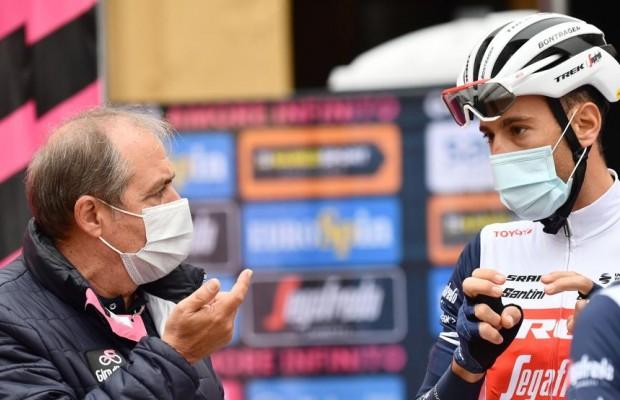 Lío en el Giro de Italia, los ciclistas se plantan y el director de carrera advierte