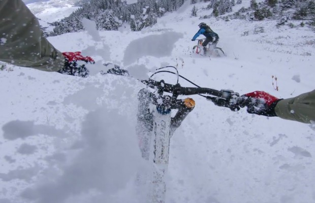 Brutal e hipnótico descenso en MTB sobre nieve virgen