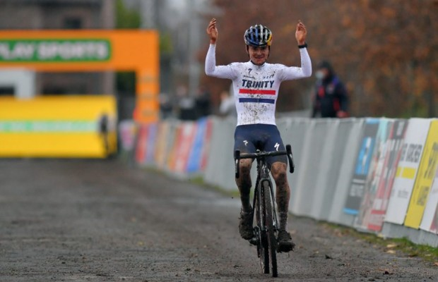 Tom Pidcock gana a Van der Poel en el Superprestige Gavere