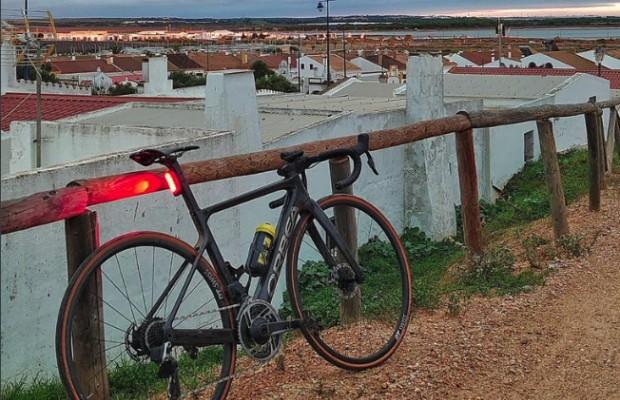 ¿Se puede hacer gravel con una bici de carretera? A Zugasti no le funciona el experimento