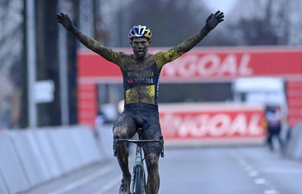 Van Aert beats Van der Poel at the CX World Cup in Dendermonde