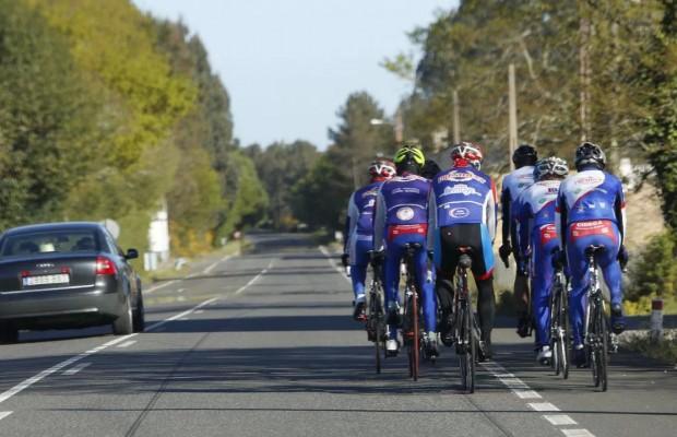 La DGT reduce la velocidad a la que los conductores pueden adelantar ciclistas