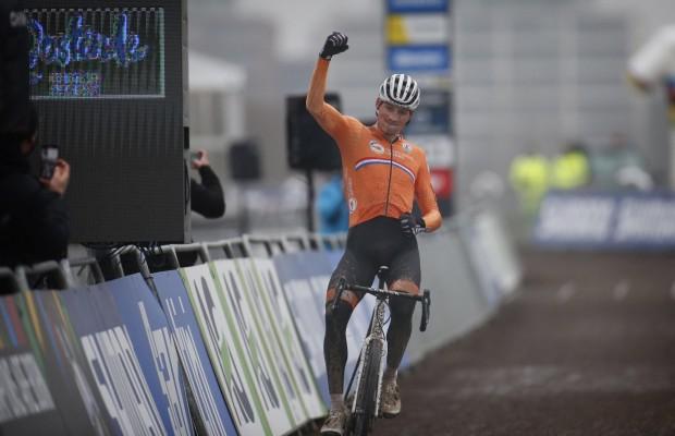 Un tremendo Van der Poel se convierte en tetracampeón del Mundo de Ciclocross