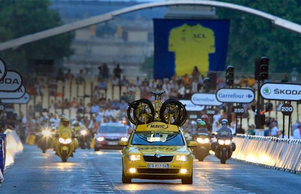 ¿Qué hacen los coches amarillos Mavic en el Tour de Francia?