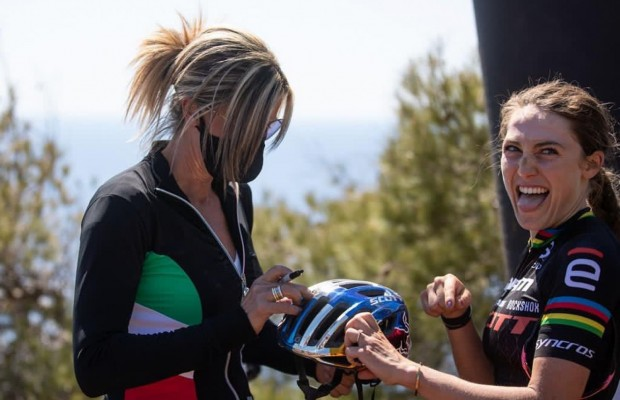 Kate Courtney recognised Paola Pezzo and didn't hesitate to ask for an autograph