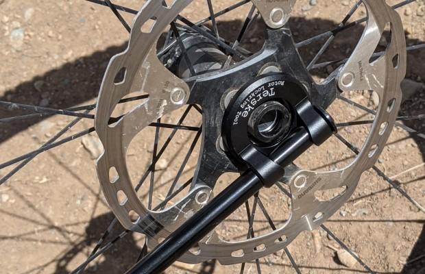 Terske convierte tu eje pasante en una palanca portátil para apretar discos de freno, pedales o bielas