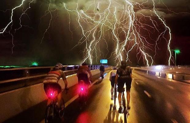 Qué hacer si te sorprende una tormenta eléctrica en bici
