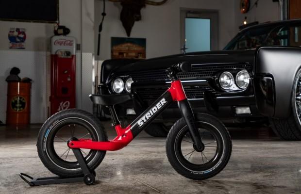 Strider 12 ST-R, una bicicleta sin pedales para niños fabricada en carbono
