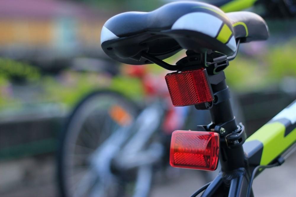 obligaciones ciclista luces