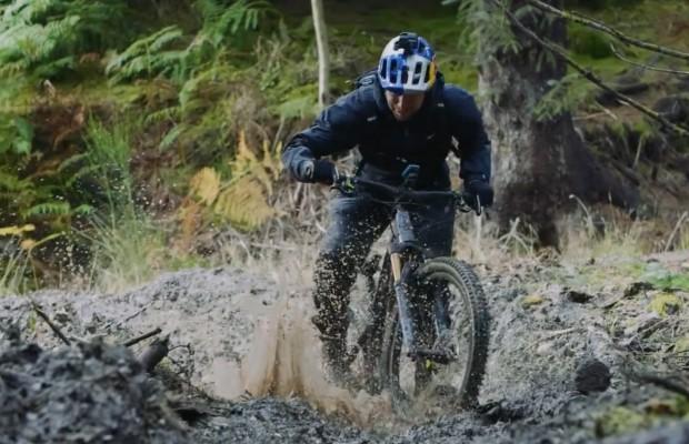 Danny MacAskill entre la lluvia y el barro