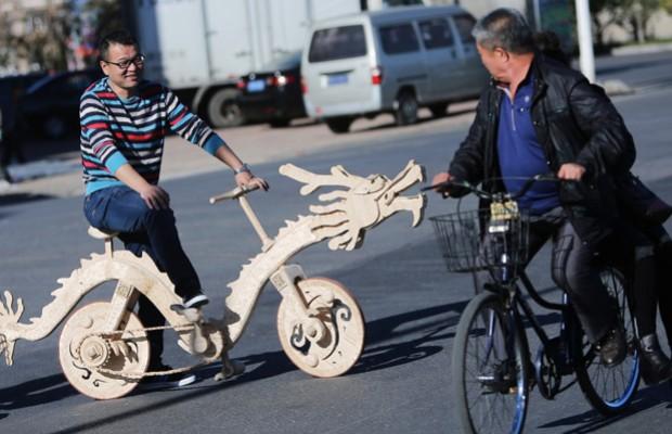22.000 palitos de helado para fabricar una bici con forma de dragón
