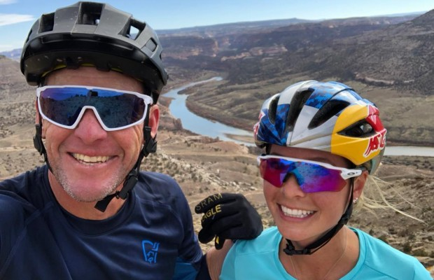 Emily Batty y Lance Armstrong comparten un día de mountain bike
