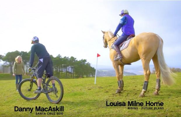 Una mountain bike contra un caballo ¿quién es más rápido en una carrera de obstáculos?