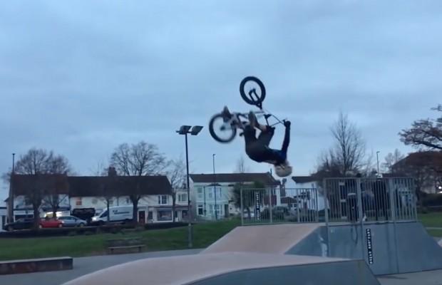 Harry Schofield tiene 8 años y hace esto sobre su mountain bike