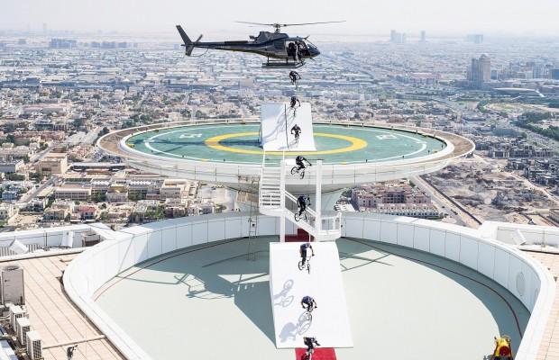 BMX como nunca lo has visto antes, Kriss Kyle comienza saltando de un helicóptero sobre Dubai