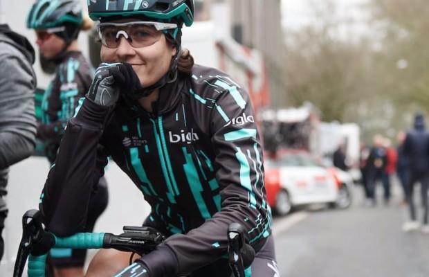 Detuvieron esta carrera ciclista femenina porque estaba a punto de alcanzar a la de los hombres