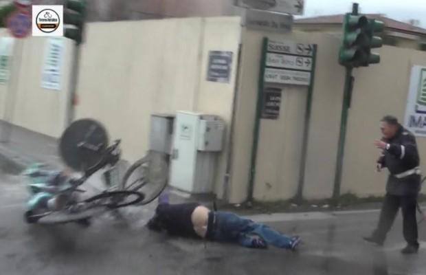 Un peatón provoca un grave accidente en la contrarreloj por equipos de la Tirenno-Adriático