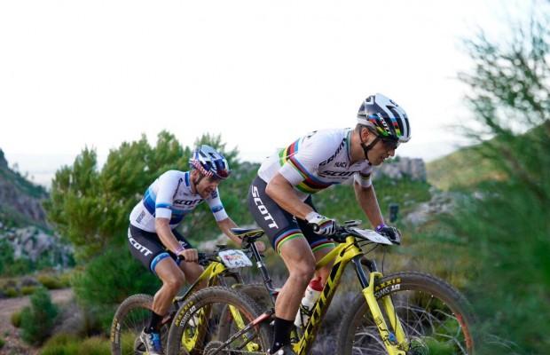 Nino Schurter y Lars Forster recuperan el liderato  de la Absa Cape Epic 2019 en la etapa reina
