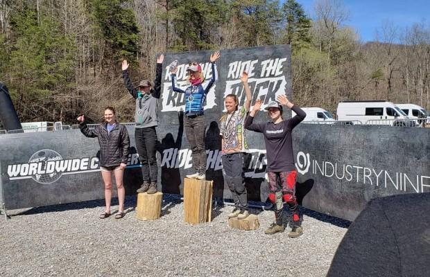 Jolanda Neff compite en descenso y gana