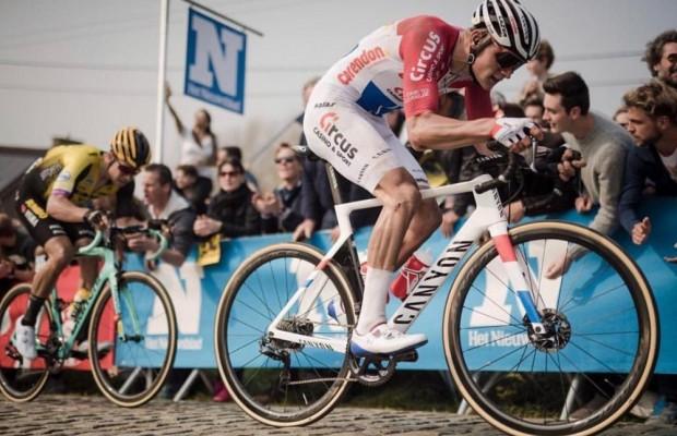 Van der Poel se marca un espectacular sprint para ganar la etapa 1 de Circuit Sarthe