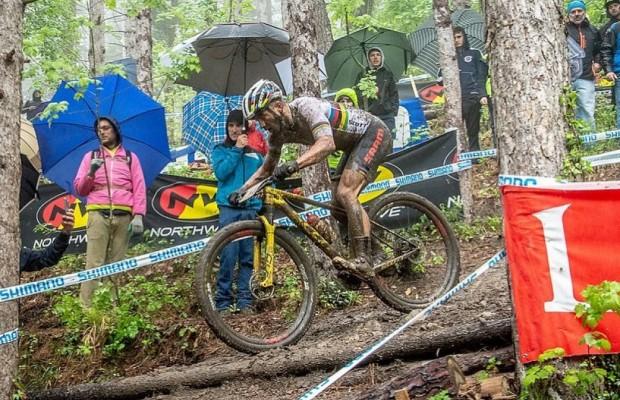 Nino Schurter es incapaz de mantenerse sobre la bici por culpa del barro