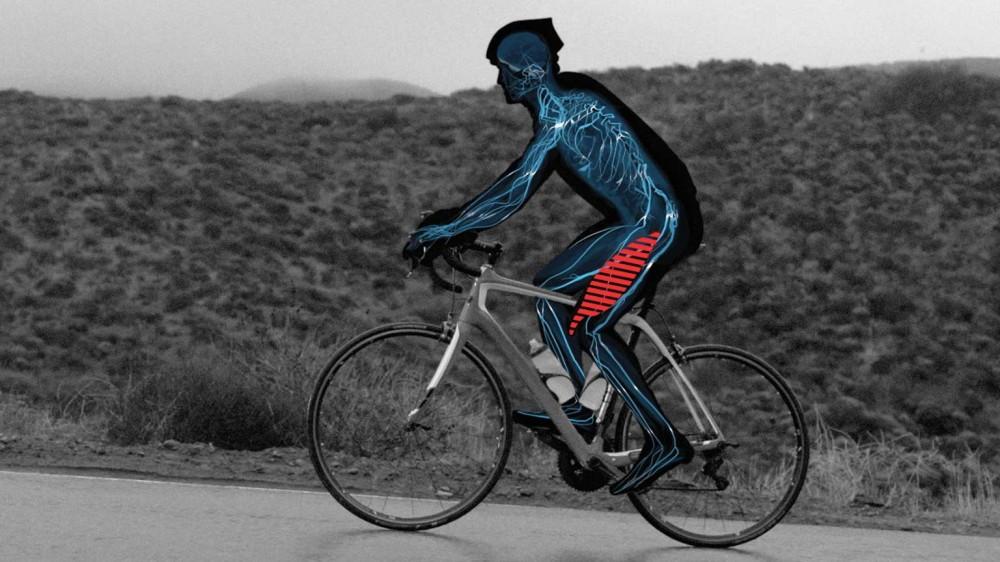 ciclista con calambre muslos
