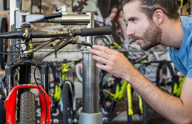 El mecánico de Schurter explica todo lo necesario sobre el conjunto de manillar