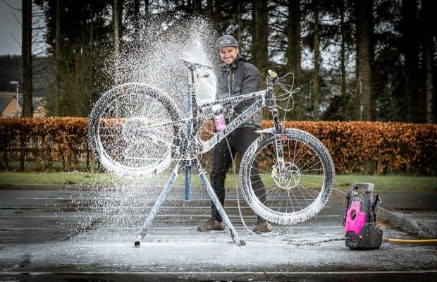 Muc-Off presenta la primera maquina de agua a presión especifica para bicicletas